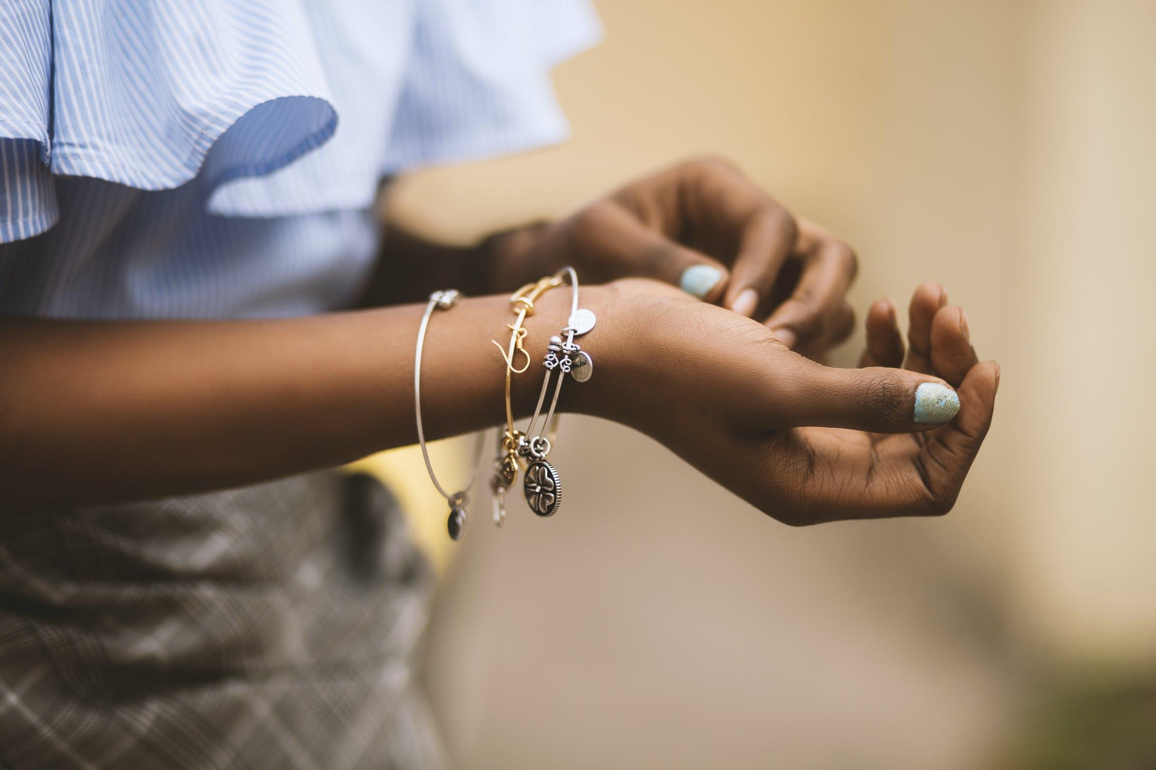 main avec bracelets de toutes sortes